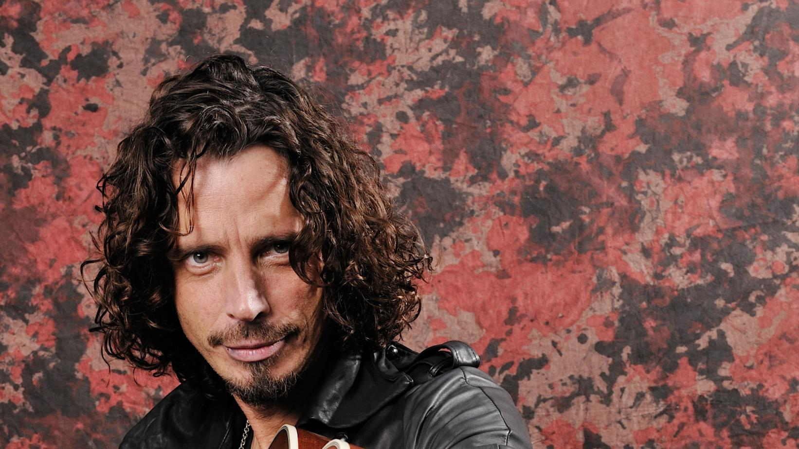Chris Cornell with guitar in 2009